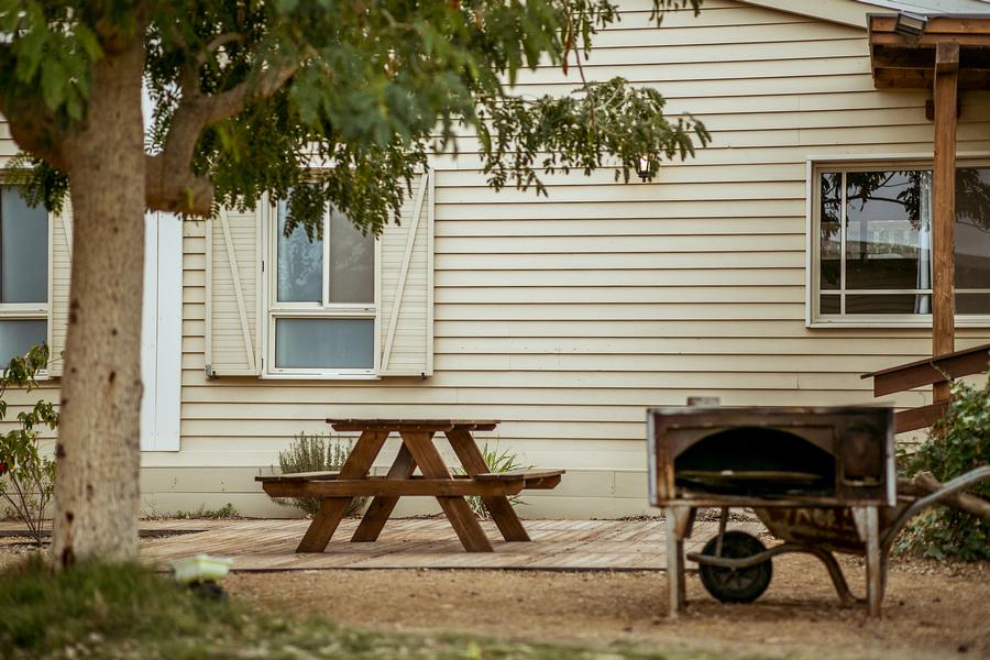 בקתות קלם - מושב פארן - חצר
